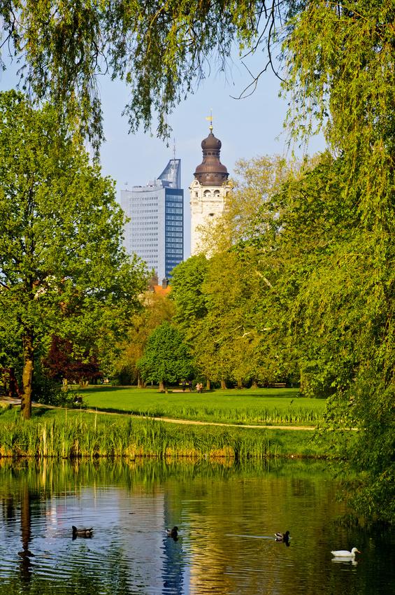 Blick auf Leipzigs Universitätshochaus und Rathausturm
