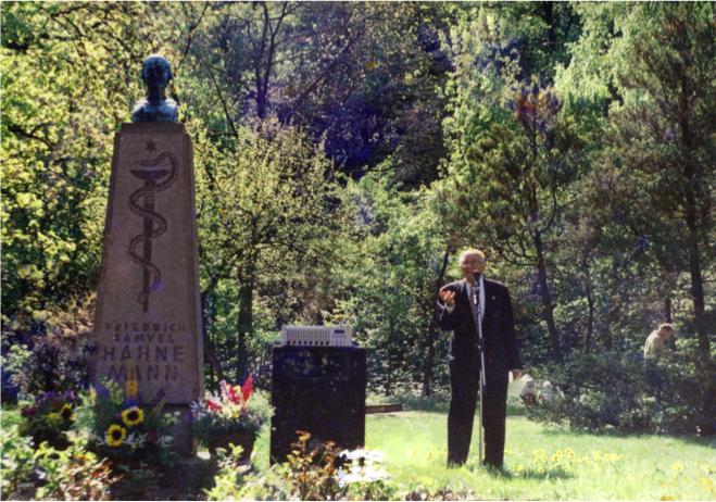 Willibald Gawlik am Hahnemanndenkmal in Meißen 1996